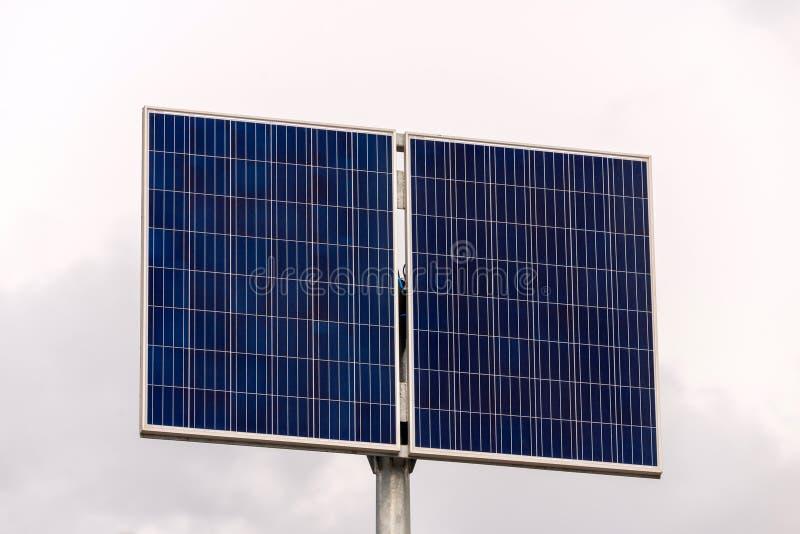 Pannello solare, fonte fotovoltaica e alternativa di elettricit? - concetto delle risorse sostenibili fotografie stock