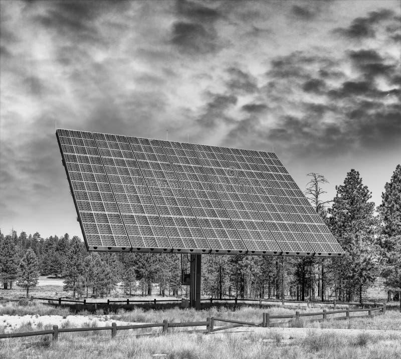 Pannello solare gigante in campagna aperta fotografia stock libera da diritti