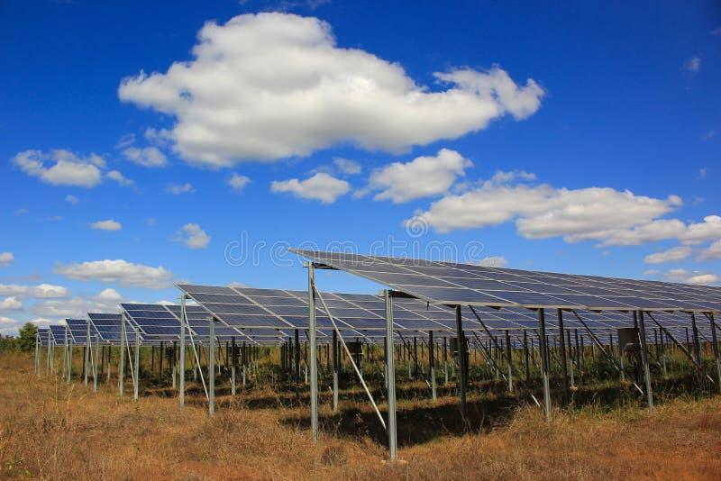 Pannello solare nella centrale elettrica solare su cielo blu immagine stock libera da diritti