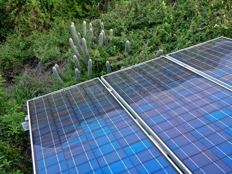 Pannello solare nella posizione tropicale fotografie stock libere da diritti