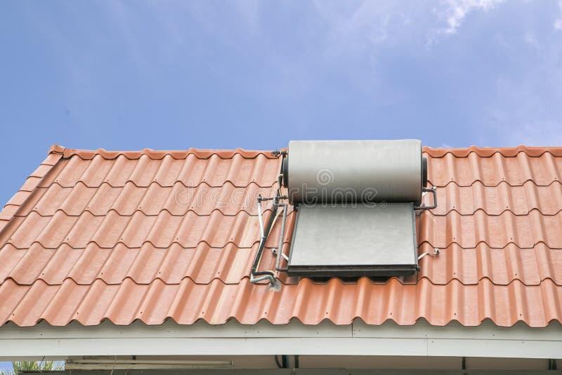 Pannello solare per il sistema a acqua caldo sul tetto fotografia stock