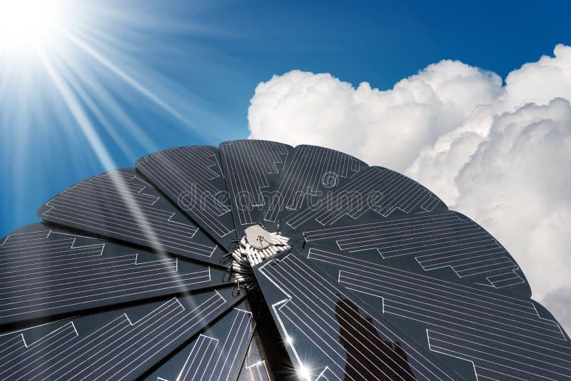 Pannello solare - raggi di Sun delle nuvole del cielo blu fotografie stock