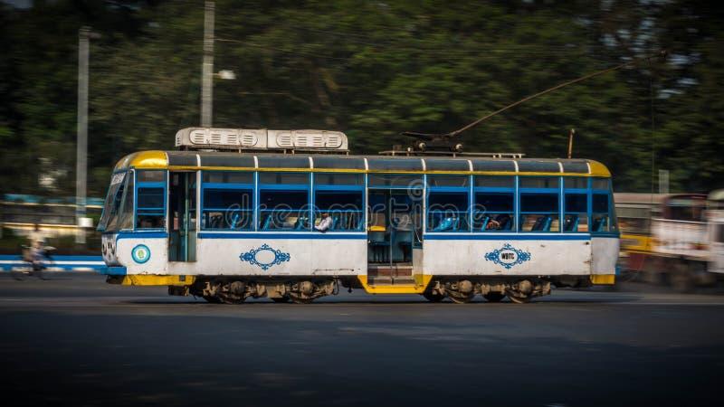 Panning strzelał tramwaj z pasażerami w Kolkata, Zachodni Bengalia, India obraz stock