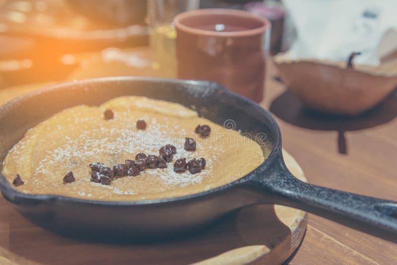 pannkaka i pannan som överträffas med chokladchiper royaltyfri fotografi