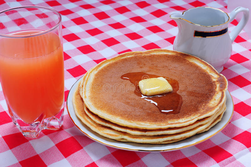 Pannkaka med fruktsaft royaltyfri foto