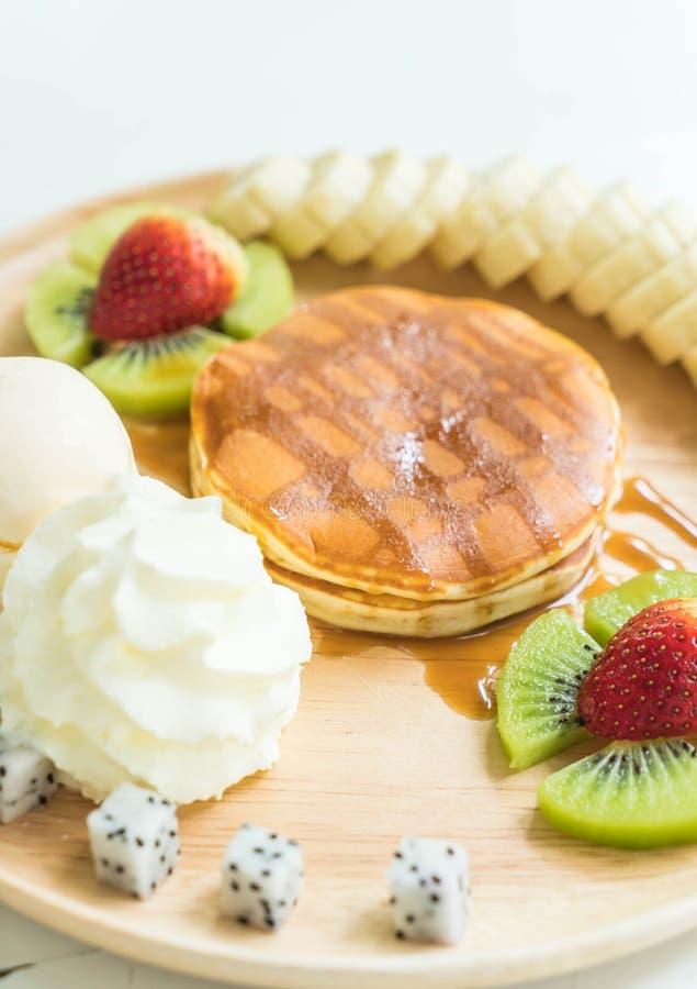 Download Pannkaka Med Vaniljglass Och Frukt Arkivfoto - Bild av jordgubbe, socker: 106832718