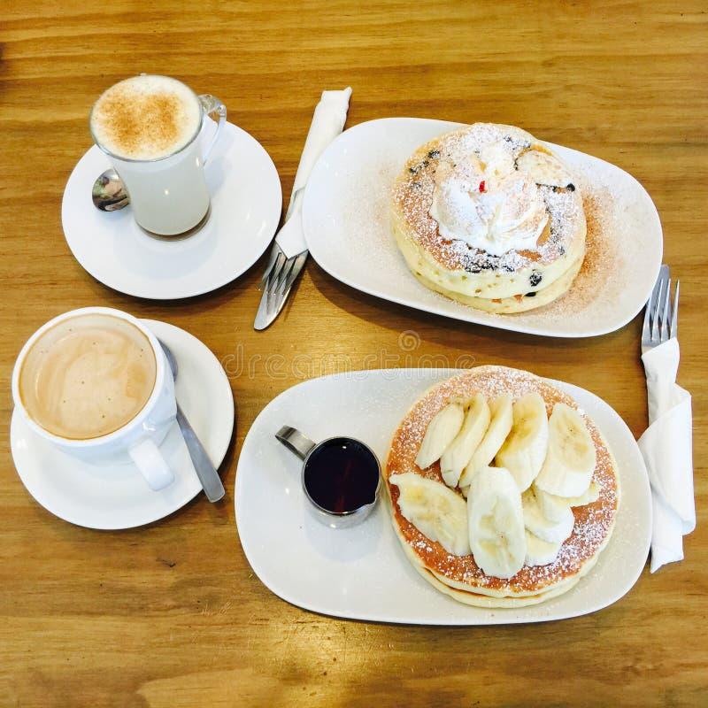 Pannkaka och kaffe royaltyfria bilder