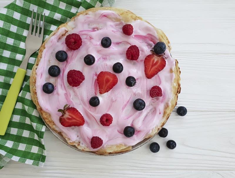 Pannkakamorgonbär, hallon, blåbär för fruktkokkonstnäring, frukostjordgubbeyoghurt på ett trä royaltyfri foto