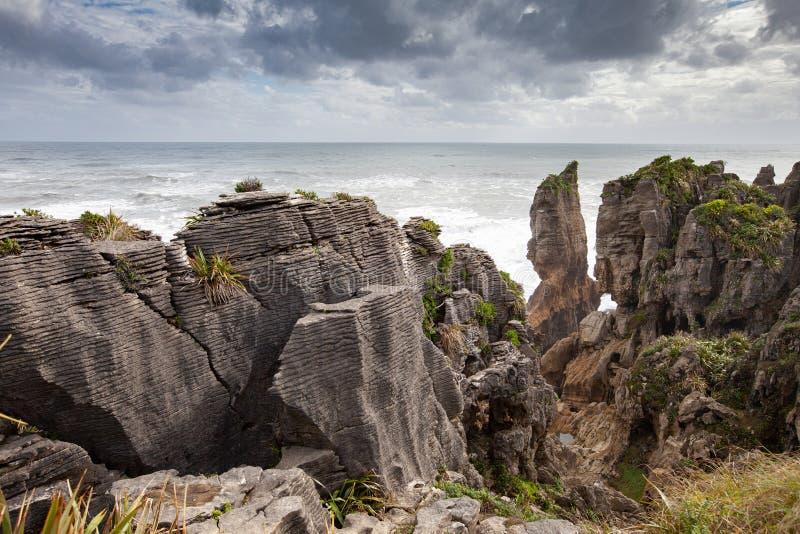 Pannkakan vaggar och blåshål, Punakaiki Nya Zeeland fotografering för bildbyråer