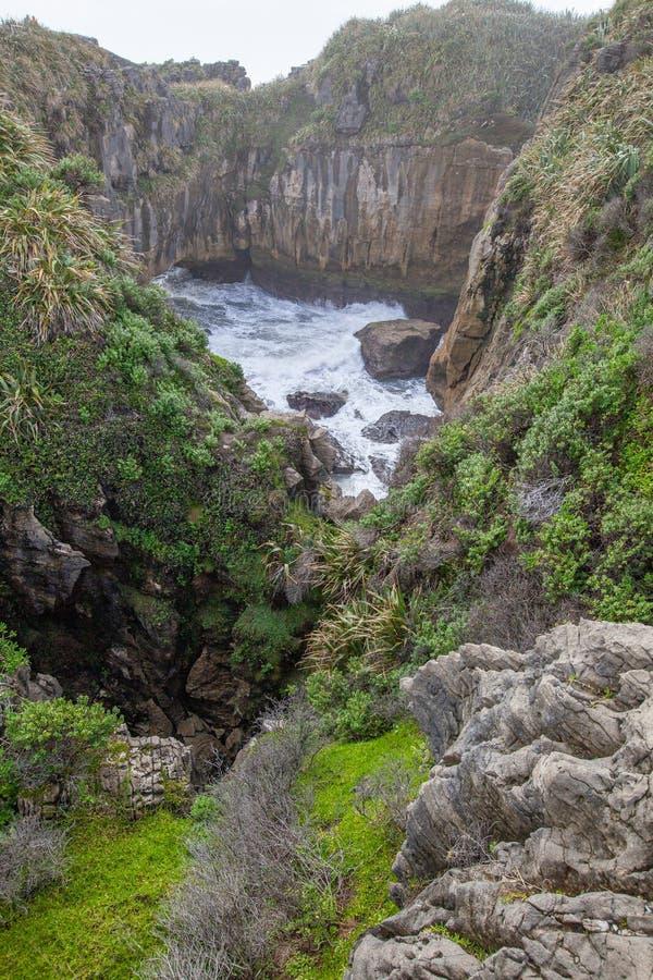 Pannkakan vaggar och blåshål, Punakaiki Nya Zeeland royaltyfria foton
