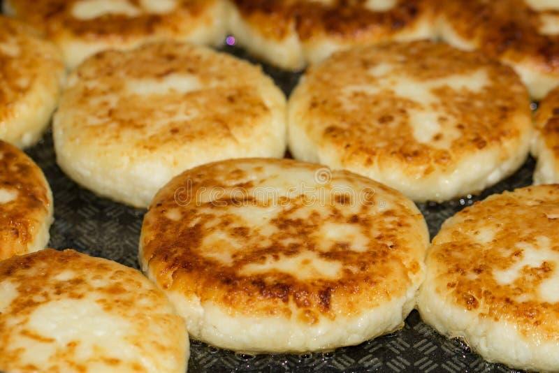 Pannkakor för ostostmassa i ett stekpannaslut upp royaltyfri fotografi