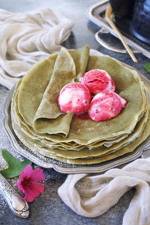 Pannkakor Matcha för grönt te och tre bollar av fruktglass royaltyfria foton
