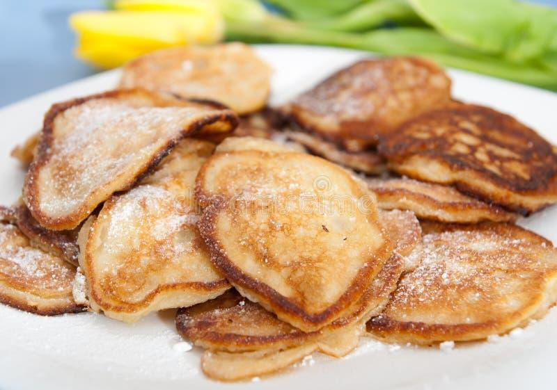 Pannkakor med äpplen arkivfoton