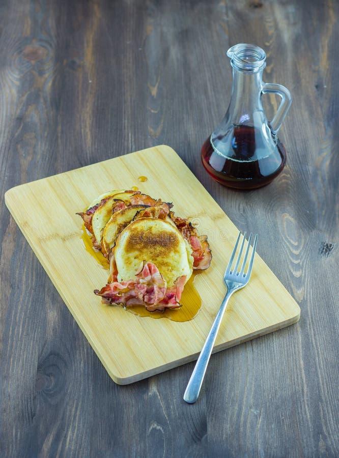 Pannkakor med bacon- och lönnsirap royaltyfri bild