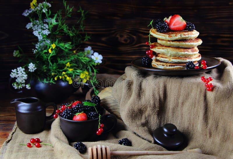 Pannkakor med jordgubbar, björnbär och röda vinbär arkivbild