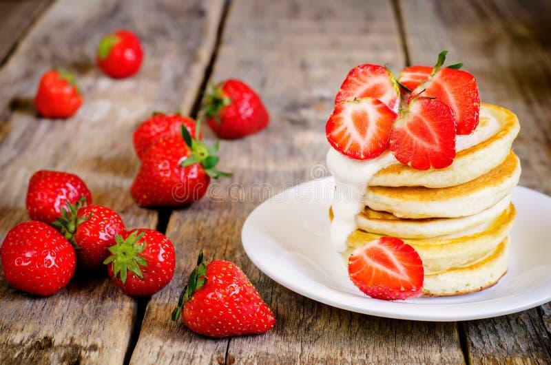 Pannkakor med jordgubben arkivfoton