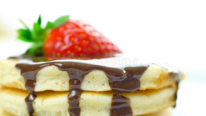 Pannkakor med jordgubben och som duggar med chokladsås, makrocloseup royaltyfria foton