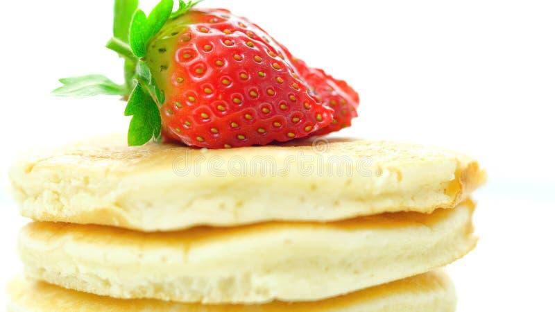 Pannkakor med makrocloseupen för jordgubbe överst arkivfoton