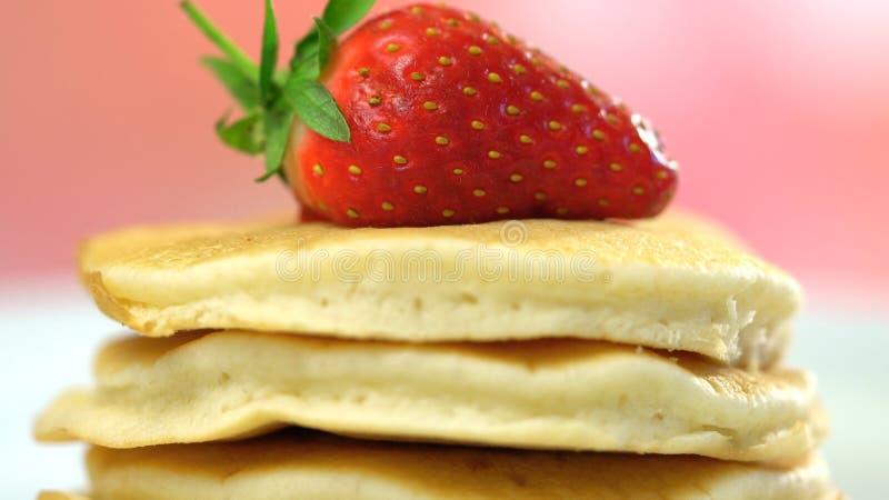 Pannkakor med makrocloseupen för jordgubbe överst royaltyfri foto