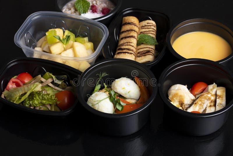 Pannkakor och mintkaramellblad, ärtsoppa med ångade grönsaker, grönsallat och exotisk fruktsallad arkivfoton