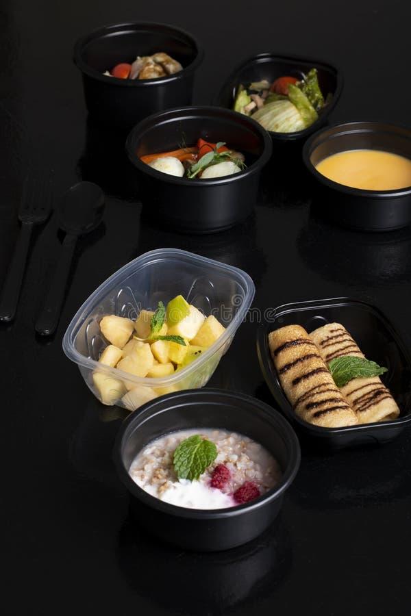 Pannkakor och mintkaramellblad, pumpasoppa med ångade grönsaker, grönsallat och exotisk fruktsallad royaltyfria bilder