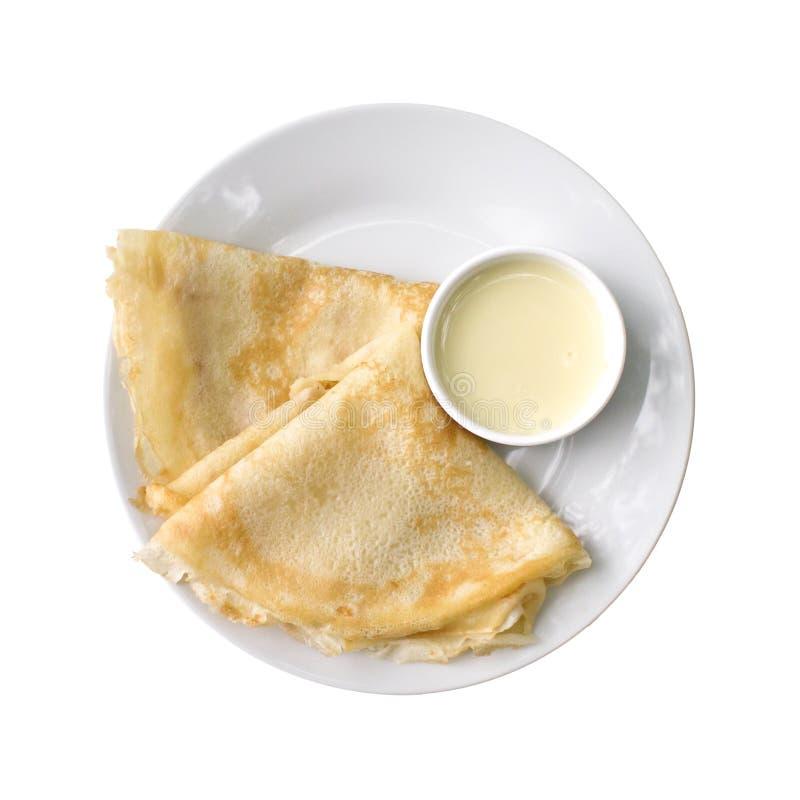 Pannkakor och s?s p? plattan som isoleras p? vit bakgrund Top besk?dar arkivbild