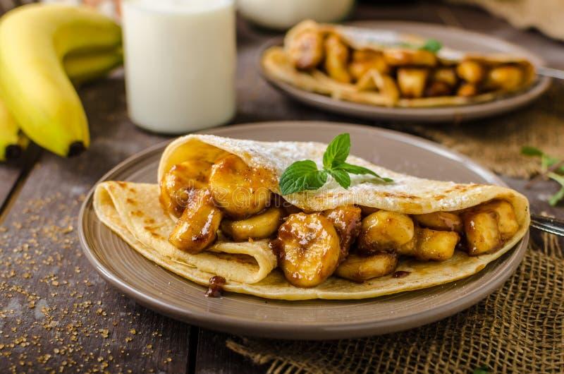 Pannkakor som är välfyllda med bananer royaltyfria foton