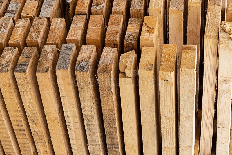 Panno buduje pionowo deski projektuje tło nieociosaną beżową końcówkę drewniany prętowy makro- obraz royalty free