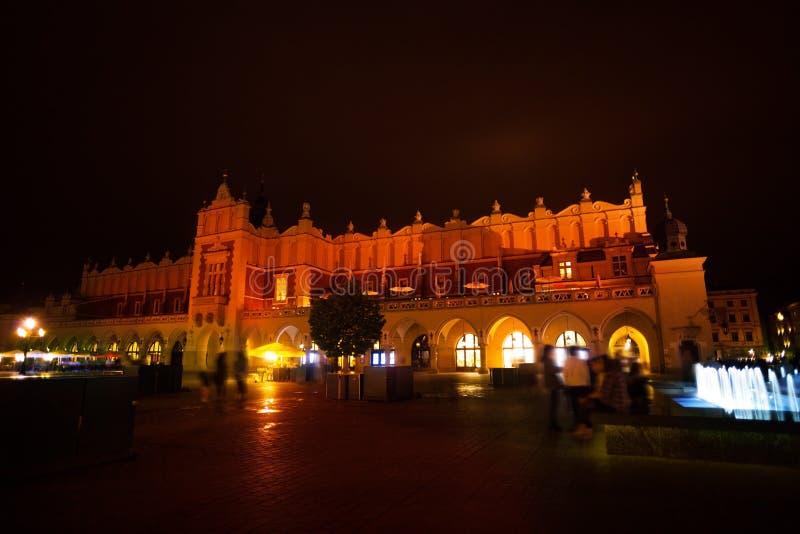 Panno Corridoio su Rynek Glowny e fontana a Cracovia fotografie stock libere da diritti