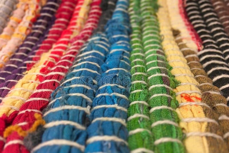 Panno cucito dalle strisce multicolori di tessuto Cucito, riutilizzazione dei materiali Priorità bassa della tessile immagine stock libera da diritti