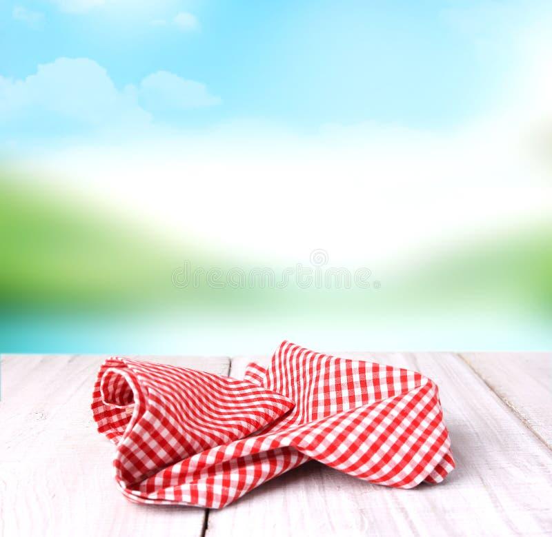 Panno a quadretti rosso di picnic sul backgroun vuoto dello spazio della tavola di legno fotografia stock