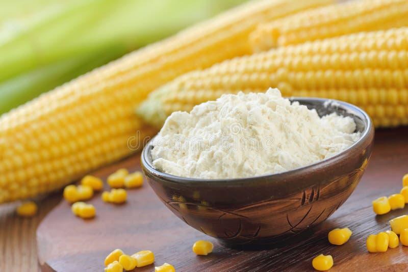 Pannocchia di granturco e della farina di mais sulla tavola immagine stock