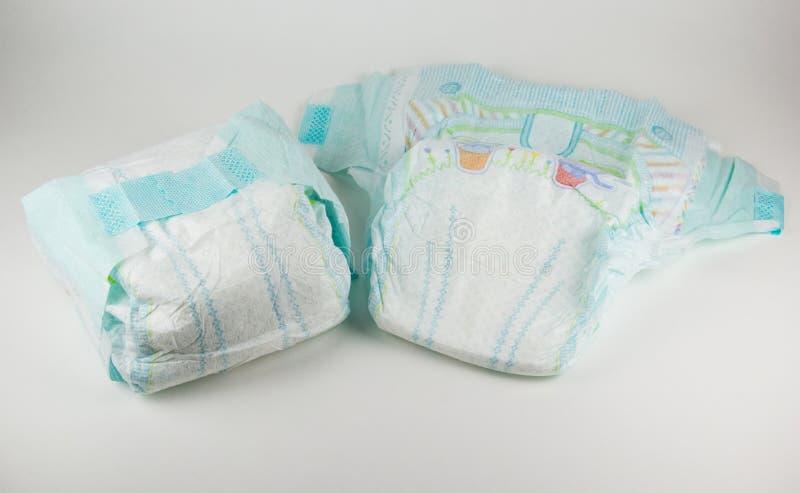 Pannolini del bambino su un fondo bianco fotografie stock libere da diritti