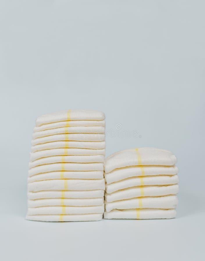 Pannolini impilati in mucchi nella stanza di bambino immagini stock