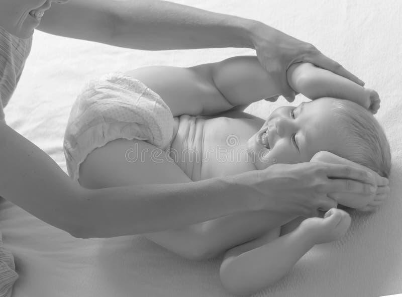 Pannolino del bambino del cambiamento del gioco del vestito dalla mamma fotografie stock libere da diritti