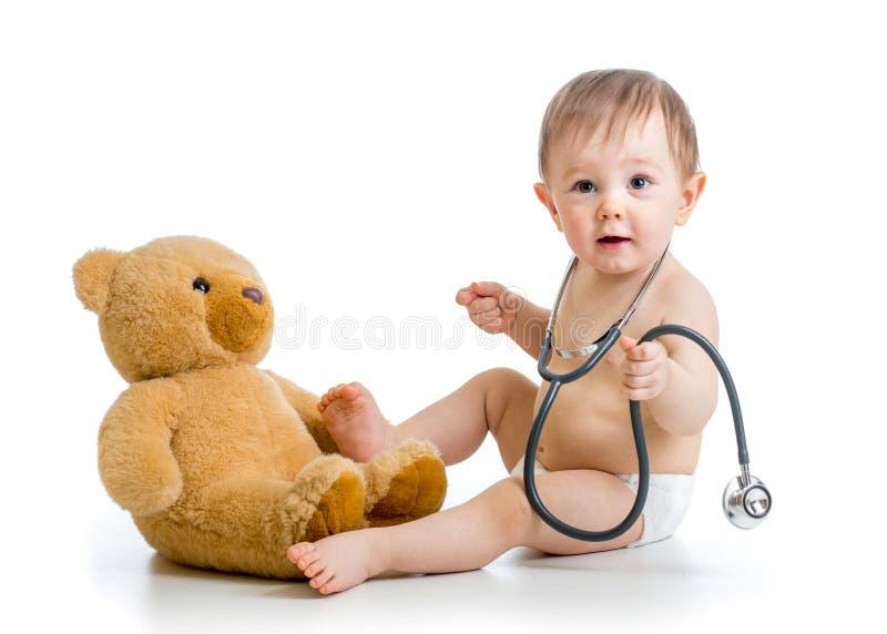 Pannolino weared bambino divertente con il giocattolo della peluche fotografia stock