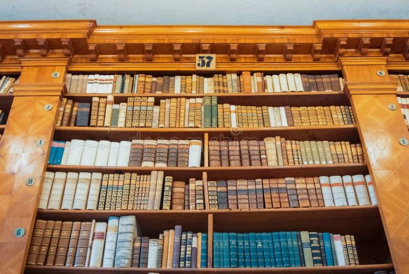 PANNONHALMA, HONGARIJE - JULI 28, 2016: Binnenland van abdijbibliotheek, stock afbeelding