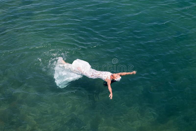 Panny młodej ślubnej sukni biała nieatutowa woda morska Mokry ?lubnej sukni gor?cy s?oneczny dzie? Panna m?oda szcz??liwa cieszy  zdjęcia stock