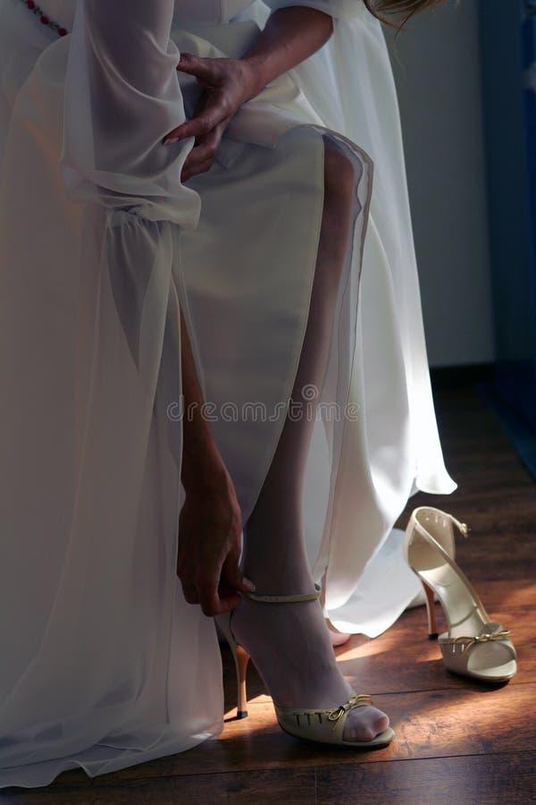 panny młodej kładzenia buty fotografia royalty free