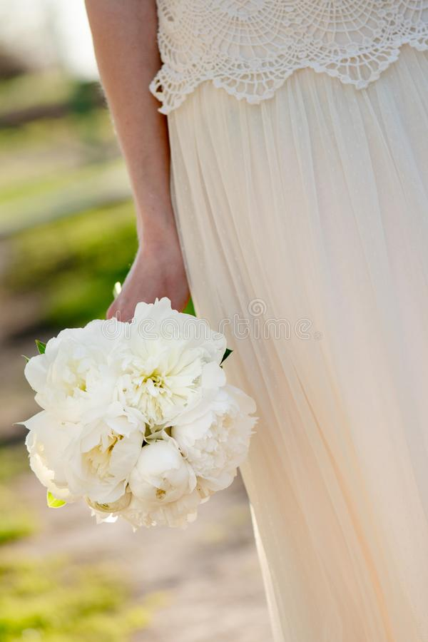 Panny młodej mienia ślubny bukiet Biali peonia kwiaty Klasyczna elegancja obrazy royalty free