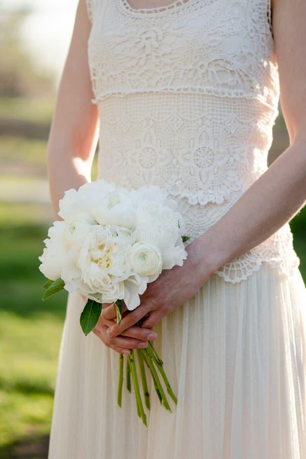 Panny młodej mienia ślubny bukiet Biali peonia kwiaty Klasyczna elegancja obraz royalty free