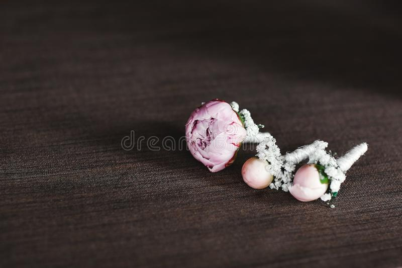Panny młodej mienie w ręce w górę fornala buttonhole kwitnie z białymi różami, zieleń i greenery, obraz royalty free