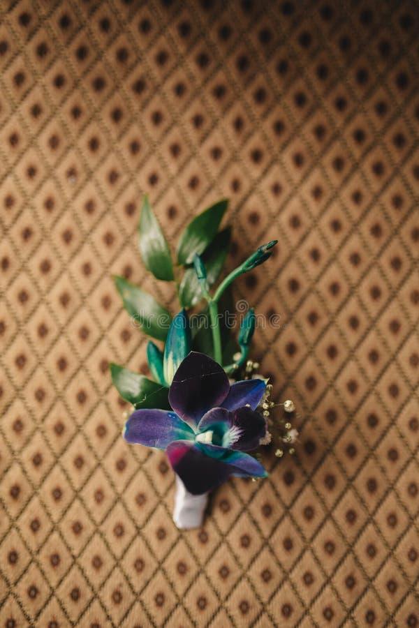 Panny młodej mienie w ręce w górę fornala buttonhole kwitnie z białymi różami, zieleń i greenery, zdjęcie stock