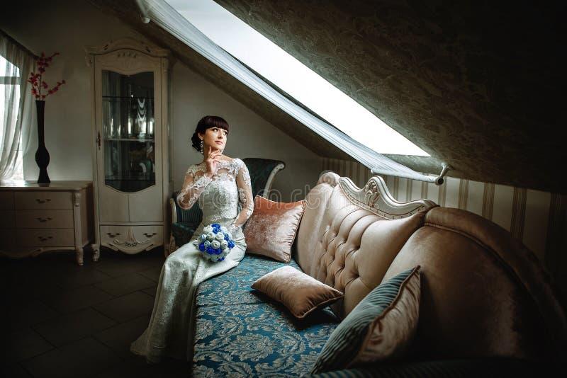 Panny młodej obsiadanie na kanapie w pięknym pokoju obrazy stock