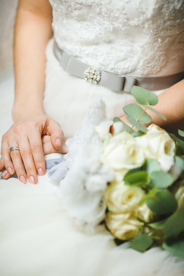Panny młodej obsiadanie z Krzyżować rękami w obrączce ślubnej obrazy royalty free