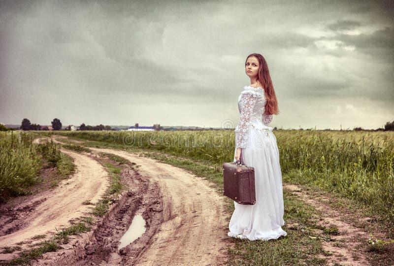 panny młodej walizka idzie obrażająca stara obraz royalty free