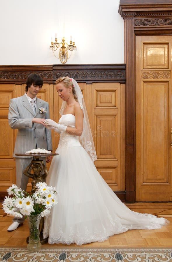 panny młodej wymiany fornal dzwoni ślub zdjęcia royalty free