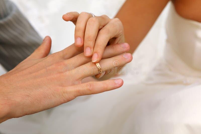 panny młodej złocisty fornala pierścionek być ubranym ślub zdjęcie royalty free