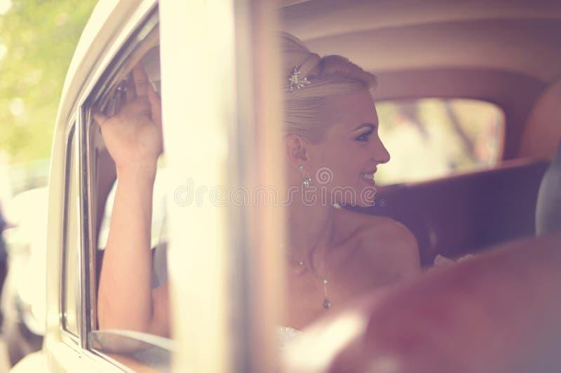 Download Panny Młodej Czekanie W Samochodzie Zdjęcie Stock - Obraz złożonej z bukiet, dziewczyna: 57659414