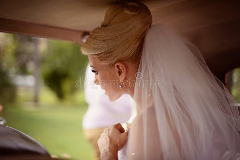 Download Panny Młodej Czekanie W Samochodzie Zdjęcie Stock - Obraz złożonej z piękno, śliczny: 57659462